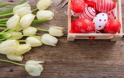 Paaseieren en tulpen op houten ruimte als achtergrond en exemplaar Stock Fotografie