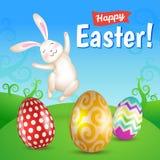 Paaseieren en wit het springen konijntje in de weide Royalty-vrije Stock Afbeeldingen