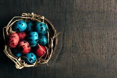 Paaseieren in het nest royalty-vrije stock afbeeldingen