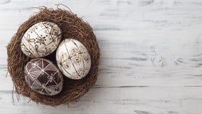 Paaseieren in het nest op houten achtergrond stock foto's
