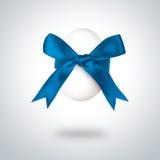 Paaseieren met blauwe boog. Stock Afbeeldingen