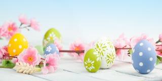 Paaseieren met de lentebloemen Stock Foto