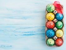 Paaseieren met heldere kleuren worden geschilderd die stock afbeeldingen