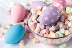 Paaseieren met Suikergoed stock afbeeldingen