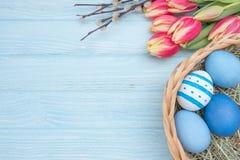 Paaseieren met tulpen en wilg Stock Afbeeldingen