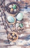 Paaseieren in nesten en wilgentakken De decoratie van Pasen Boterroom suikerglazuur en het vullen Hoogste mening Verticaal schot royalty-vrije stock foto
