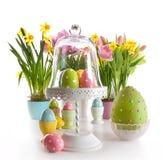 Paaseieren op caketribune met de lentebloemen Royalty-vrije Stock Foto's