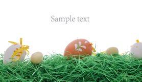 Paaseieren op een groen gras Stock Afbeeldingen