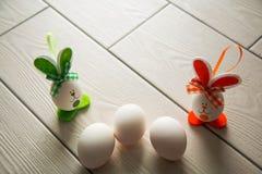 Paaseieren op houten achtergrond Gelukkige Pasen Creatieve foto met de eieren van Pasen eggsEaster op houten achtergrond Gelukkig stock afbeeldingen