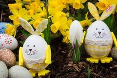 Paaseieren, Pasen-konijntjes, gele narcissen Royalty-vrije Stock Afbeeldingen
