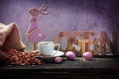 Paaseieren, Pasen-ontbijt en verse koffie royalty-vrije stock foto