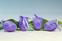 Paaseieren - sjerp van eieren op vloer Royalty-vrije Stock Foto's