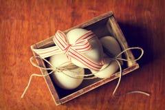 Paaseieren in uitstekende doos Stock Afbeelding