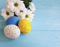 Paaseierenbloemen op de blauwe houten lente van het festivalpatroon Royalty-vrije Stock Foto
