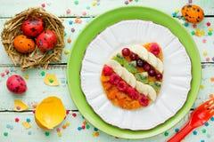 Paaseipannekoeken met fruit en bes voor Pasen-ontbijt royalty-vrije stock foto