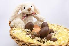Paashaas en chocoladepaaseieren - landbouwproducten royalty-vrije stock fotografie