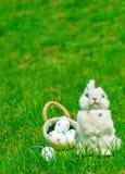 Paashaas en eieren op groen gras Royalty-vrije Stock Foto's