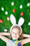 Paashaas en eieren op groen gras Royalty-vrije Stock Fotografie