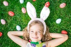 Paashaas en eieren op groen gras Royalty-vrije Stock Foto