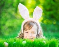 Paashaas en eieren op groen gras Stock Afbeelding