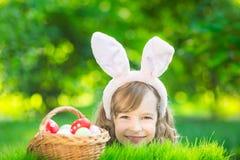 Paashaas en eieren op groen gras Stock Foto