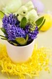 Paashaas en hyacinten Royalty-vrije Stock Afbeeldingen