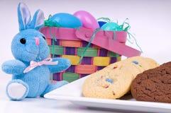 Paashaas en koekjes Stock Foto's