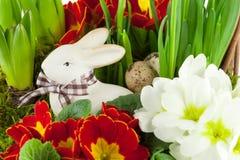 Paashaas met de lentebloemen Stock Afbeeldingen