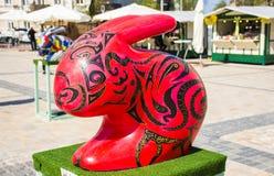 Paashaas van de kunst 3D vorm in rode en geschilderde zwarte haveloze lijnen Mooi Pasen-art. Stock Afbeelding