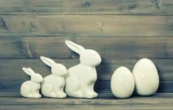 Paashaasfamilie en witte ceramische eieren Uitstekend Pasen-decor royalty-vrije stock foto's
