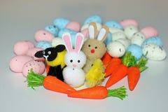 Paashazenlam & kuiken met wortelen en eieren stock fotografie