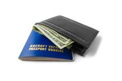 Paasport和钱包有在白色背景隔绝的金钱的 库存照片
