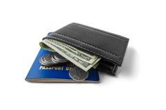 Paasport och plånbok med pengar som isoleras på vit bakgrund Arkivbilder
