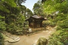 Pabellón budista japonés en el bosque de Koishikawa Korakuen fotografía de archivo libre de regalías