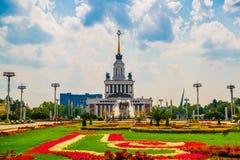 Pabellón central, centro de exposición Camas de flor hermosas ENEA, VDNH, VVC Moscú, Rusia Imagenes de archivo