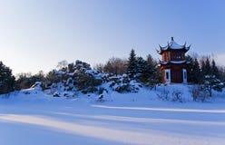 Pabellón chino redondo rojo en invierno Imágenes de archivo libres de regalías