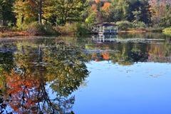 Pabellón con reflexiones del otoño Fotos de archivo