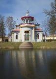 Pabellón (de crujido) chino en el parque, día en abril Foto de archivo