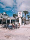 Pabellón de la palma del restaurante del lado de la playa de la Florida del americano con las palmas alrededor fotos de archivo