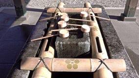 Pabellón de las abluciones del agua para una purificación ceremonial en la capilla de Oyama, Kanazawa almacen de video