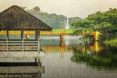 Pabellón de madera viejo con reflexiones en un lago Fotografía de archivo libre de regalías