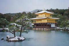 Pabellón de oro del templo de Kinkaku-ji cubierto con la nieve blanca en el invierno estacional en Japón fotografía de archivo libre de regalías
