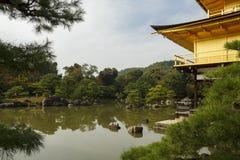 Pabellón de oro en Kyoto, Japón Foto de archivo