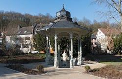 Pabellón de Sodenia con la estatua en el Quellenpark de mún Soden Taunus, Hesse, Alemania foto de archivo