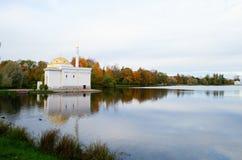 Pabellón del baño turco en el parque de Catherine de Pushkin Fotos de archivo libres de regalías