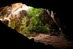 Pabellón en cueva con la luz antedicha imagen de archivo