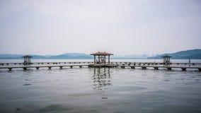Pabellón en el lago del este Donghu en Wuhan Hubei China Imagen de archivo