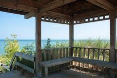 Pabellón en la orilla del lago Michigan foto de archivo