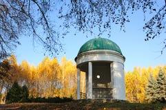 Pabellón en un parque con los árboles de abedul amarillo Imágenes de archivo libres de regalías