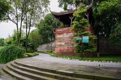 Pabellón envejecido en la pared antigua en bosque del verano fotografía de archivo